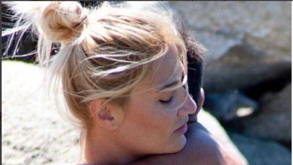 Η Φαίη Σκορδά στην παραλία αγκαλιά με τον γιο της