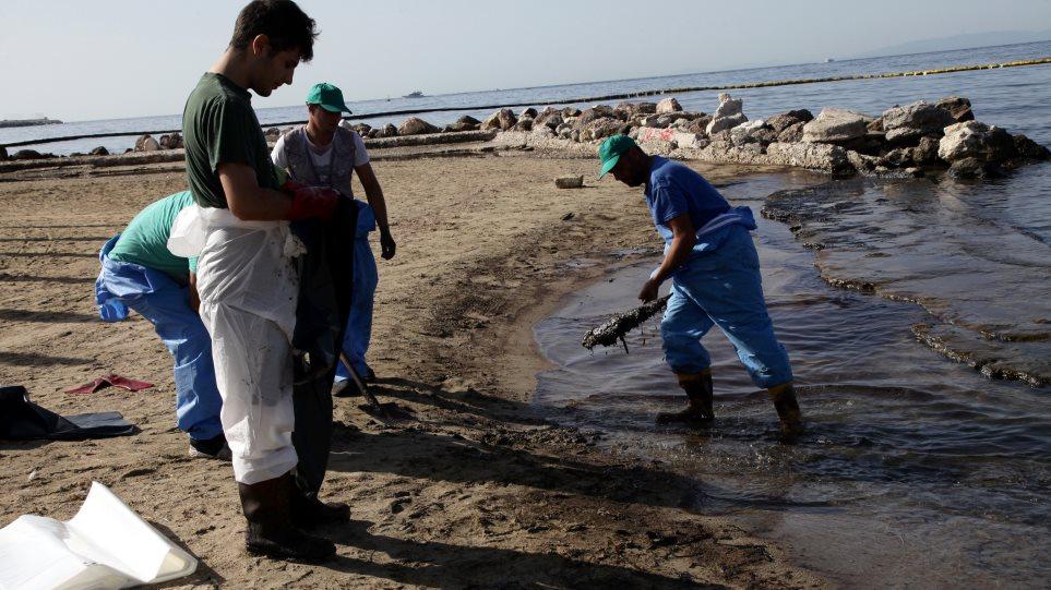 Απίστευτα πράγματα συμβαίνουν στο Σαρωνικό: Φόβοι για νέα διαρροή από το «Αγία Ζώνη»