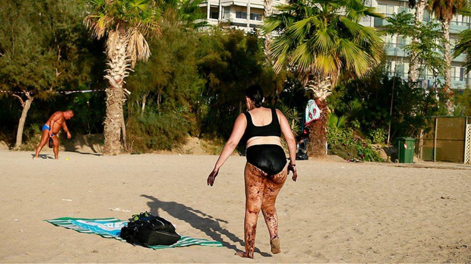 Φωτογραφία-σοκ: Γυναίκα βγαίνει από τη θάλασσα του Παλαιού Φαλήρου καλυμμένη με πίσσα!