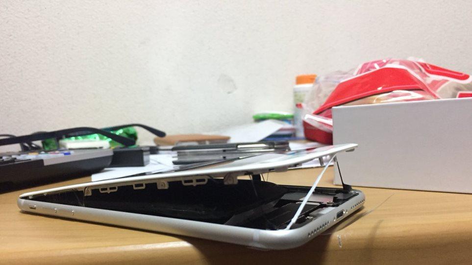 Συναγερμός για τα iPhone8: Μπαταρίες «φουσκώνουν» και τα κινητά ανοίγουν στα δύο