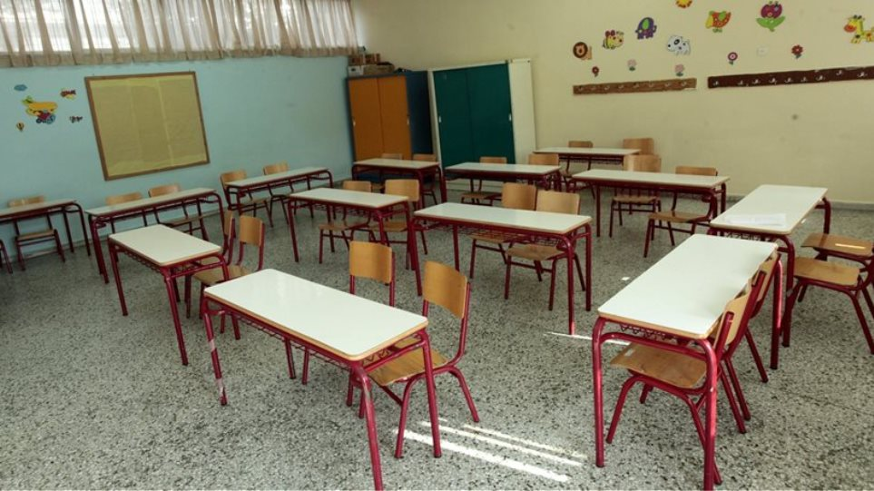 Unstable primary school teacher locks students inside classroom, starts throwing books at them