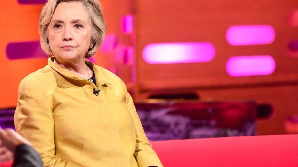 Έσπασε το δάχτυλό της η Χίλαρι Κλίντον - Με ειδική  μπότα σε εκπομπή του BBC