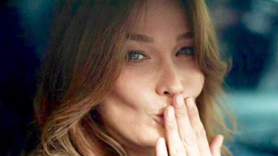Η Carla Bruni επέτρεψε μόνο σε έναν Έλληνα σχεδιαστή να μπει στο καμαρίνι της