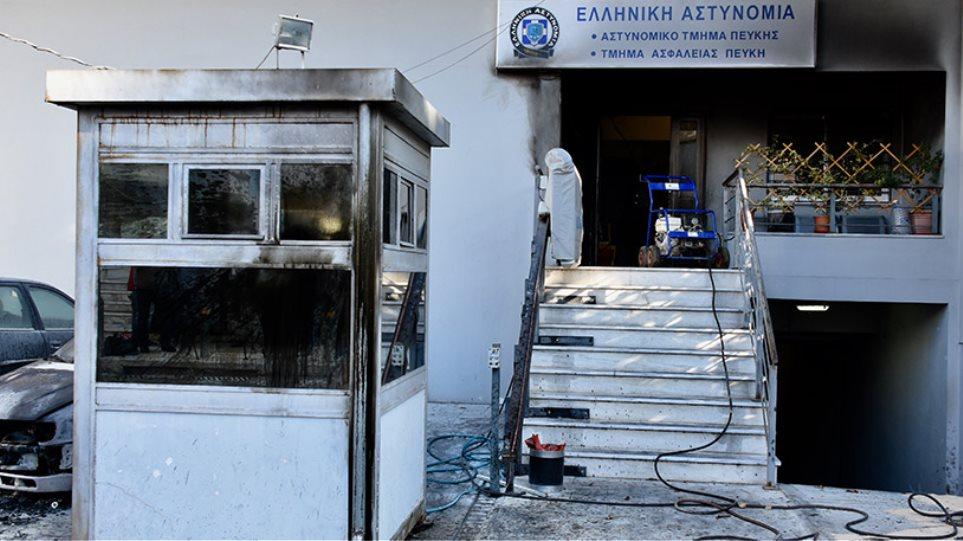 Κουκουλοφόροι επιτέθηκαν στο αστυνομικό τμήμα Πεύκης - «Ηθελαν νεκρούς»