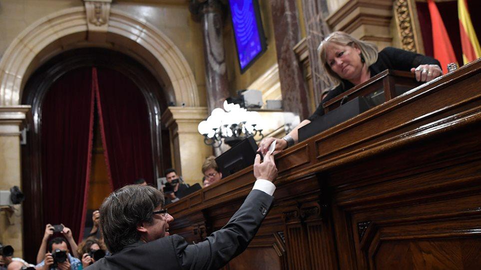 Καταλονία: H Βουλή ψήφισε υπέρ της ανεξαρτησίας