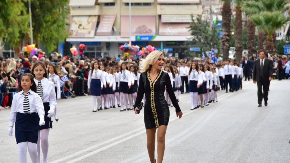 Φωτογραφίες: Ξανθιά δασκάλα μετέτρεψε την παρέλαση σε... πασαρέλα