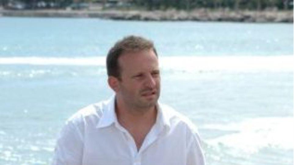Νίκος Χατζηαγγελής: «Μάνες, τα παιδιά δεν είναι δέματα! Πατεράδες, δεν είστε το courier...»