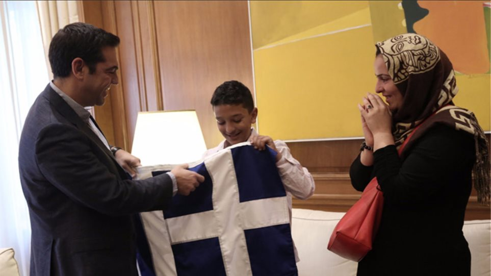 Στο Μαξίμου ο 11χρονος Αμίρ: Ο Τσίπρας του έκανε δώρο μια ελληνική σημαία
