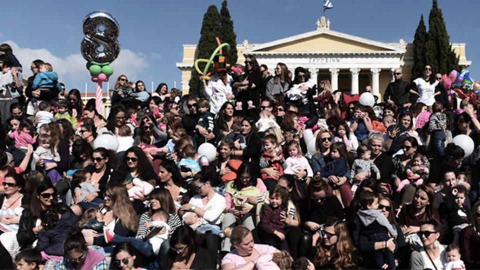 Ζάππειο: Μαμάδες θήλασαν δημόσια για 8η συνεχή χρονιά