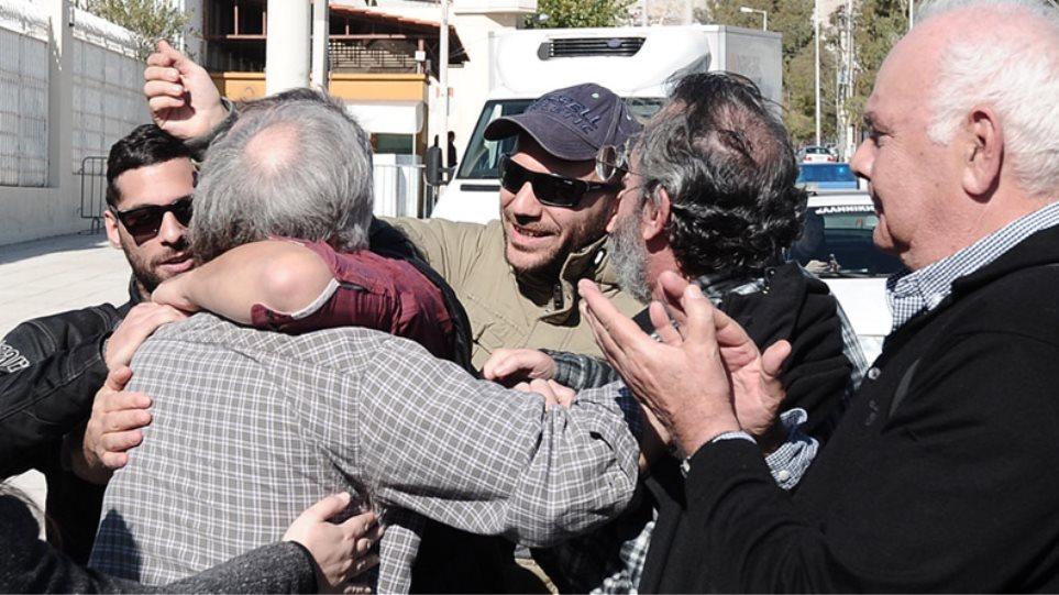 Και ο γιος του Νίκου Βούτση μεταξύ των αλληλέγγυων που περίμεναν τον Κουφοντίνα έξω από τον Κορυδαλλό