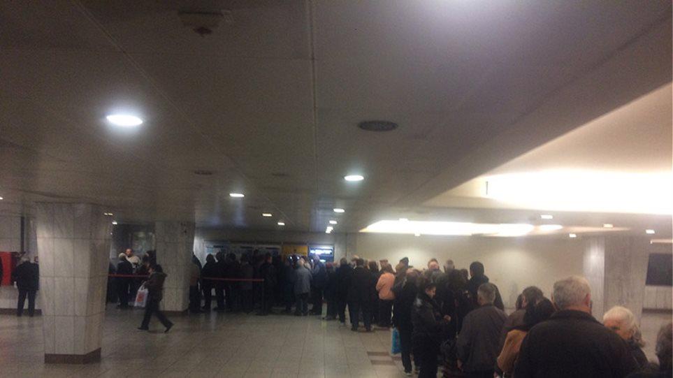 Το χάος με το ηλεκτρονικό εισιτήριο συνεχίζεται: Ατέλειωτες ουρές στο μετρό