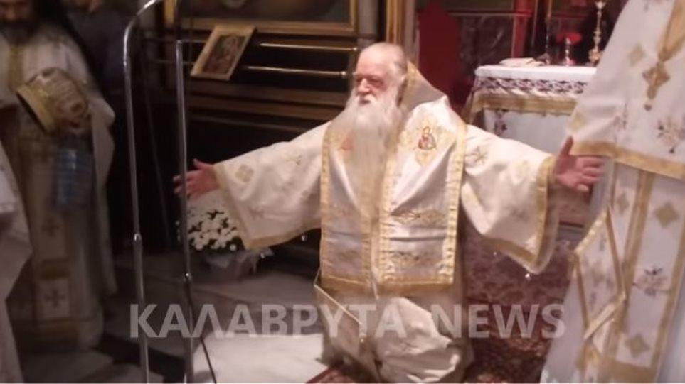 Γονατιστός ζήτησε συγγνώμη από τους πιστούς ο Αμβρόσιος: Συγχωρήστε μου τα λάθη