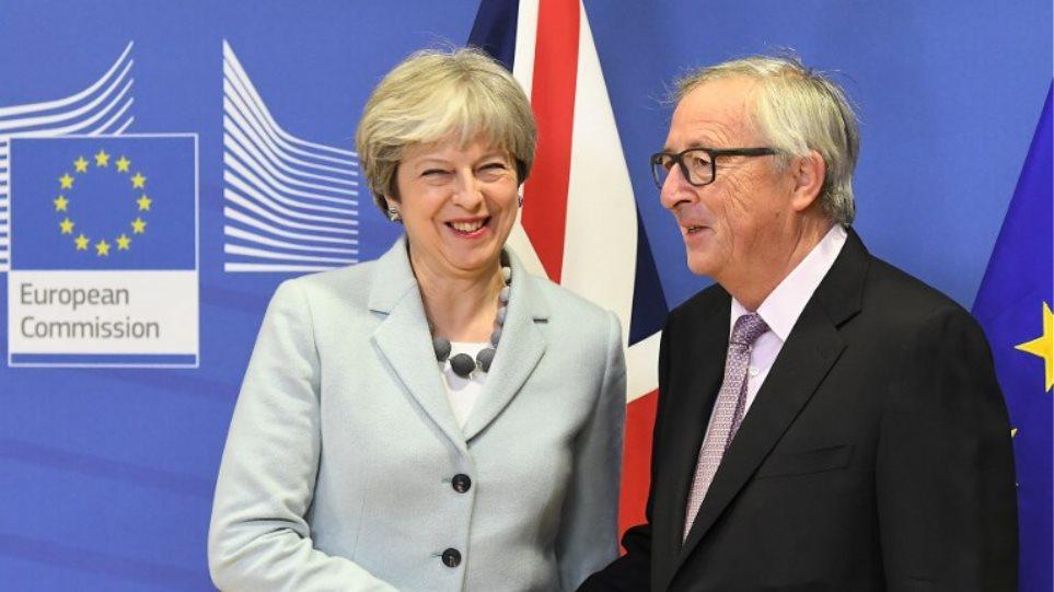 Έδωσαν τα χέρια Μέι-Γιούνκερ για το Brexit: Ξεκινάει η β' φάση των διαπραγματεύσεων