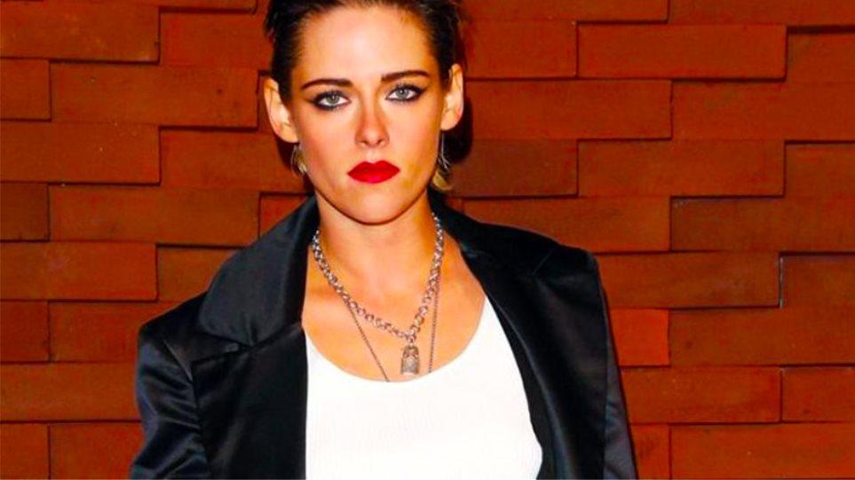 Πώς κάνει η Kristen Stewart τα Τ-shirts να δείχνουν τέλεια επάνω της 123a341d823