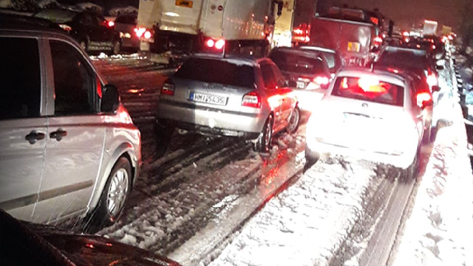 «Γολγοθάς» οκτώ ωρών για τους οδηγούς στην Αθηνών-Λαμίας λόγω χιονιού