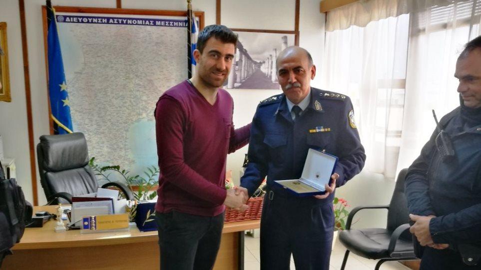 Ο Σωκράτης Παπασταθόπουλος δώρισε αλεξίσφαιρα γιλέκα στην ΕΛ.ΑΣ.