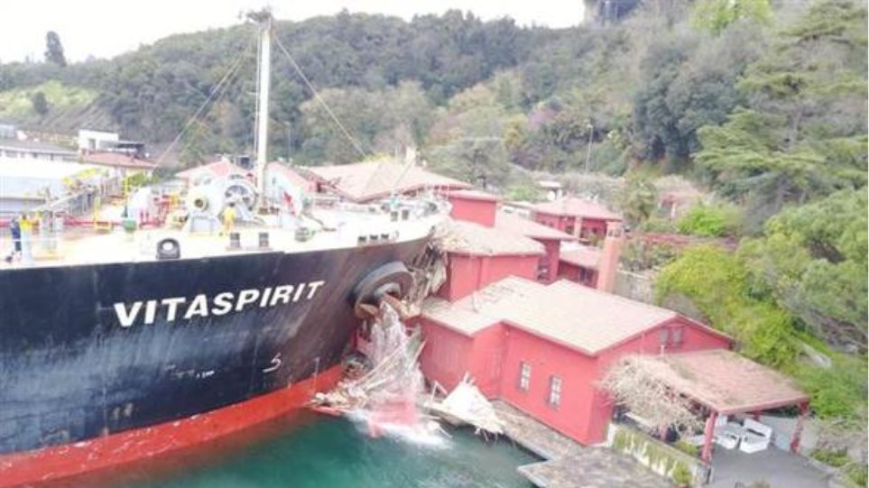 Απίστευτες εικόνες: Τάνκερ έπεσε πάνω σε ιστορικό αρχοντικό στο Βόσπορο!