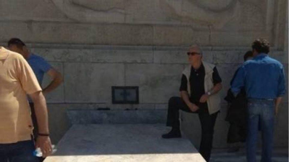 Σύλλογος Ευζώνων: Ατιμωτική η συμπεριφορά του πολίτη που πάτησε στο μνημείο του Αγνώστου Στρατιώτη