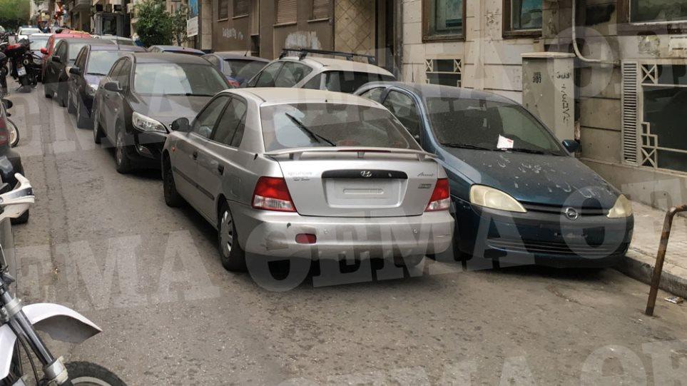 Απίστευτο: Μετέτρεψαν κάθετο δρόμο στην Πατησίων σε πάρκινγκ κατασχεμένων αυτοκινήτων