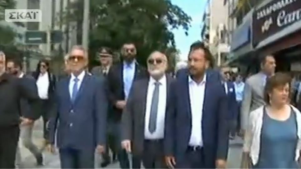 """Έντονες αποδοκιμασίες κατά Κουρουμπλή στις Σέρρες για το Σκοπιανό: """"Προδότη, δεν ντρέπεσαι, η συντριβή έρχεται"""" (VIDEO)"""