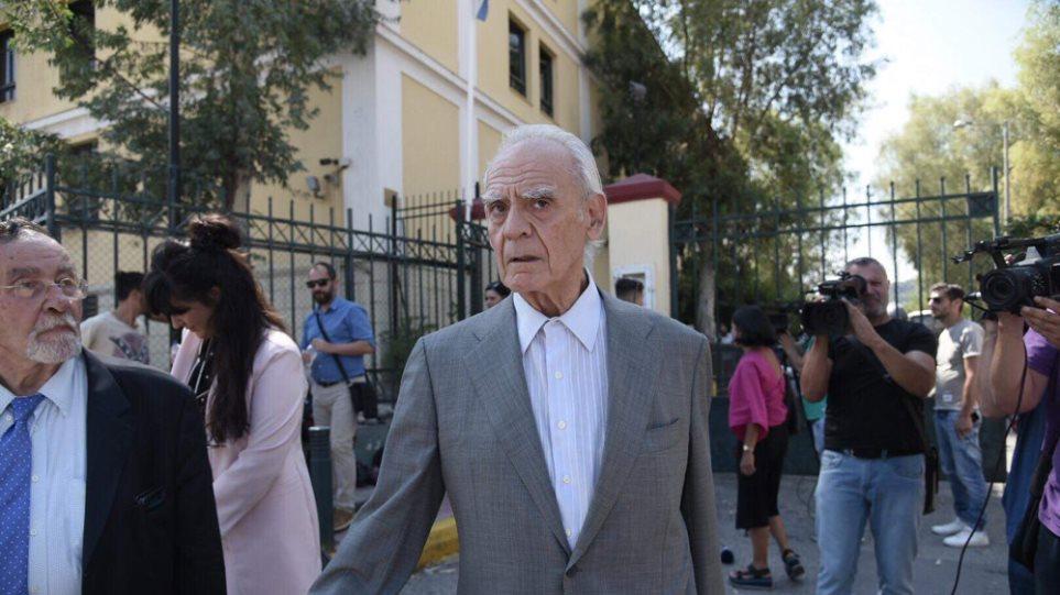 Άκης Τσοχατζόπουλος: Ελεύθερος μετά την απολογία του για τα €700.000 - Του επιβλήθηκε απαγόρευση εξόδου από τη χώρα