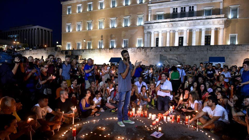 Εκκωφαντική αν και σιωπηρή η «συγγνώμη» εκατοντάδων πολιτών χθες στο Σύνταγμα για τα θύματα της φωτιάς στο Μάτι (ΦΩΤΟ-VIDEO)