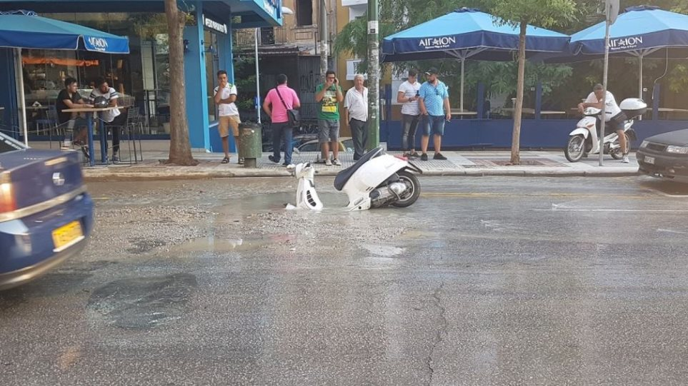 Θεσσαλονίκη: «Άνοιξε» ο δρόμος στην Αγίου Δημητρίου και κατάπιε μηχανάκι!