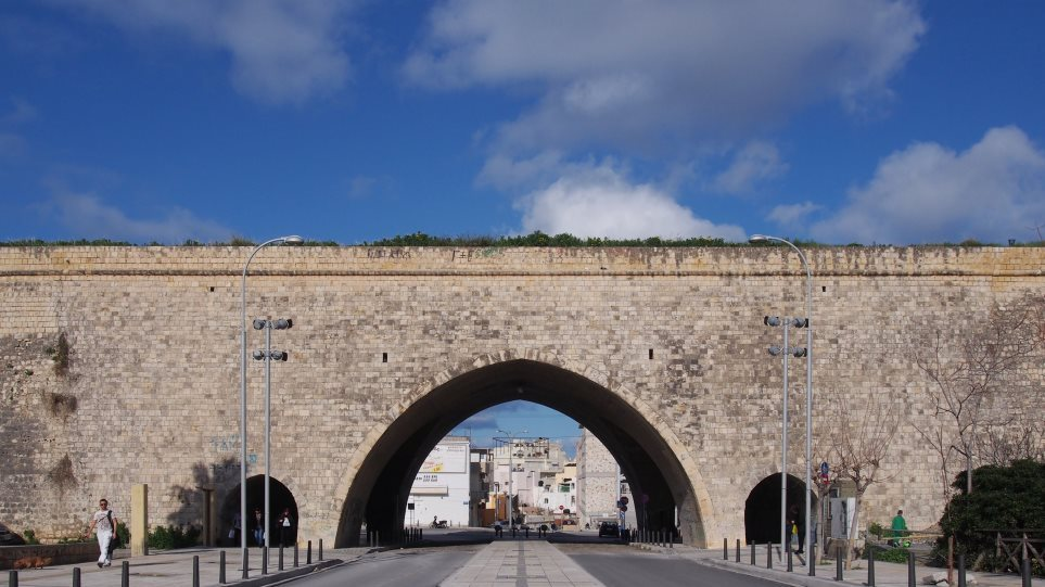 Κρήτη: Γυναίκα έκανε «βουτιά στο κενό» από τα ενετικά τείχη στο Ηράκλειο