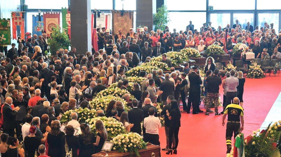 Ιταλία: Θρήνος στην κηδεία των θυμάτων της Γένοβας - Χειροκροτήθηκαν οι διασώστες