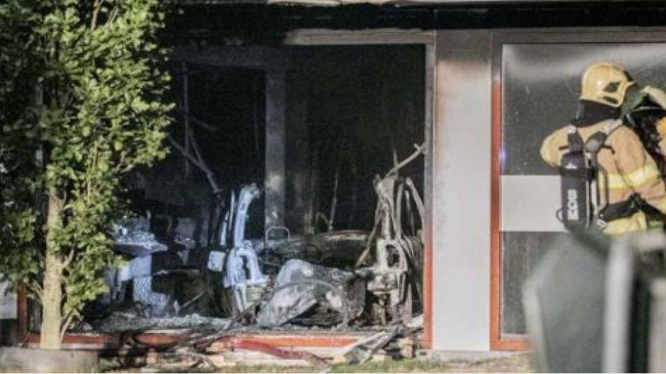 Ολλανδία: Φόρτωσε φιάλες αερίου στο αμάξι του και έπεσε με αυτό στο δημαρχείο της πόλης Μπέμελ