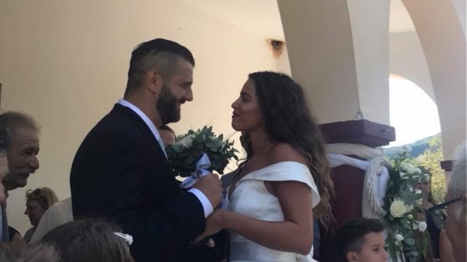 5e4984042a88 Η Κατερίνα Στικούδη παντρεύτηκε και έκανε... «Kiki Challenge» με το νυφικό  της!