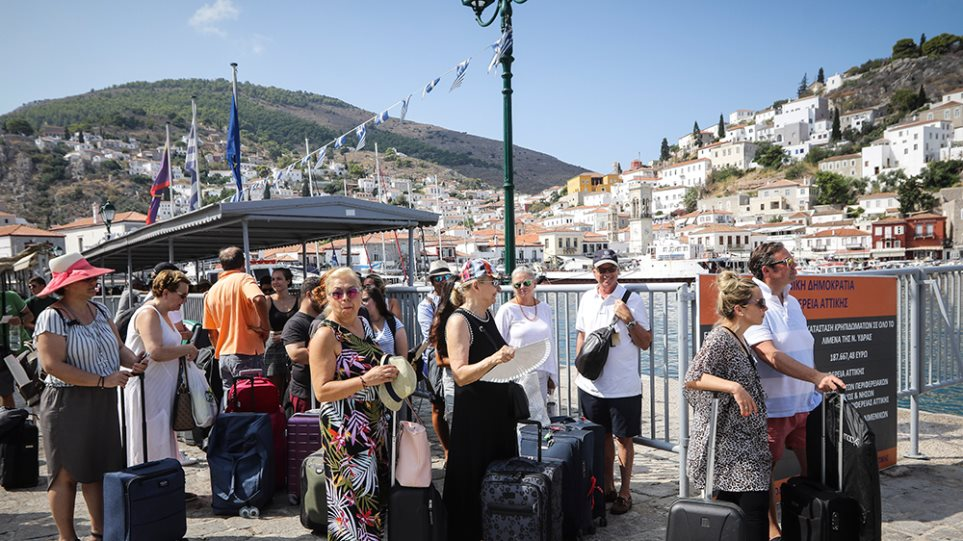 Βαριά «καλοκαιρινή σκιά» για τον τουρισμό τα μπλακ άουτ, τα σκουπίδια και η λειψυδρία