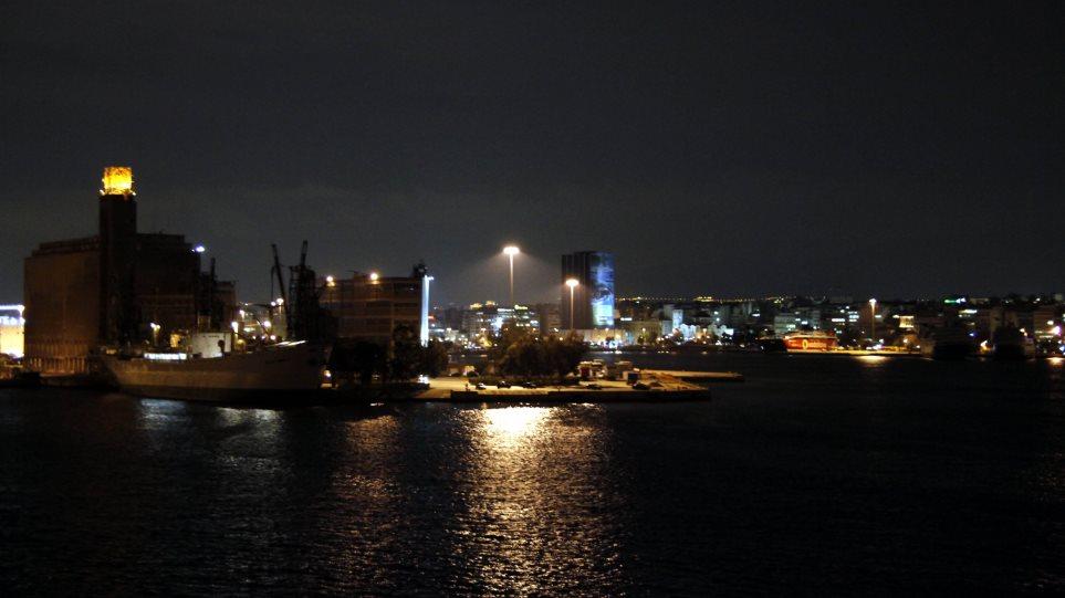 Αποτέλεσμα εικόνας για Πρόσκρουση δύο επιβατηγών πλοίων στο λιμάνι του Πειραιά - Δεν αναφέρθηκε τραυματισμός