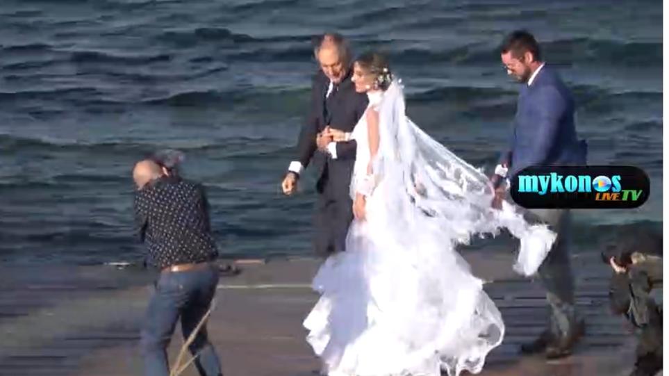 b7e59b24f7cd Βίντεο  Αποκλειστικά πλάνα από τον γάμο της Αθηνάς Οικονομάκου στη Μύκονο
