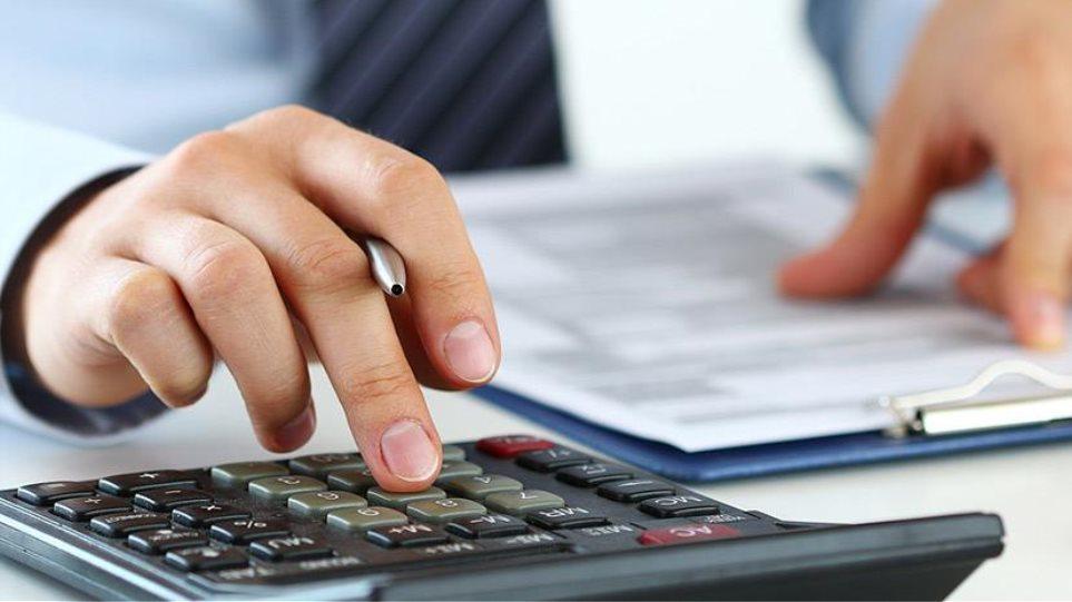 Αναδρομικά: Πώς και πόσο θα επιβαρυνθούν οι συνταξιούχοι