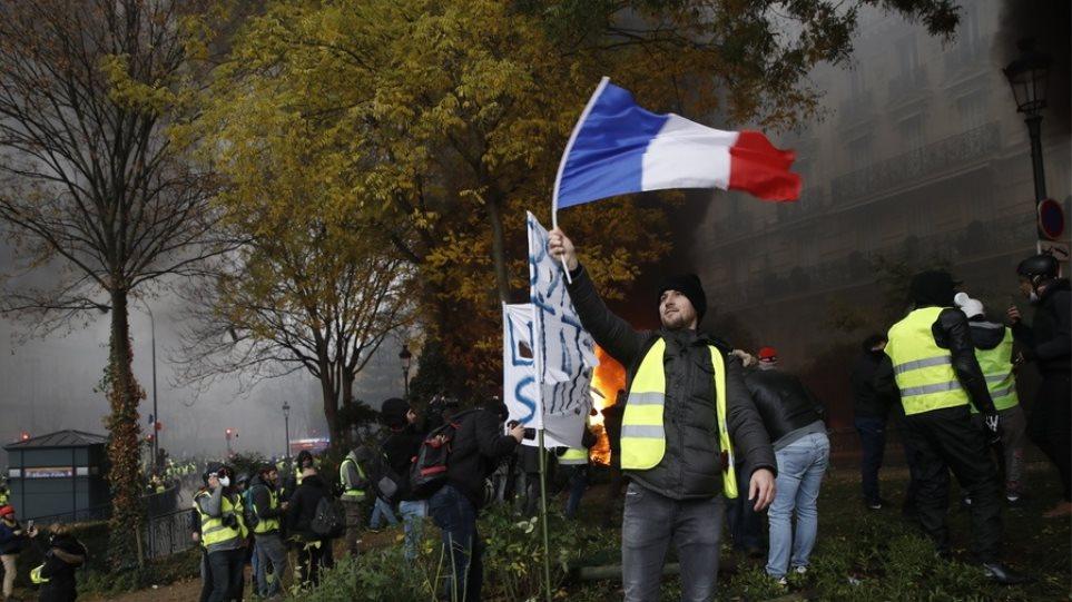 Κρίση διαρκείας στη Γαλλία: Τα «Κίτρινα Γιλέκα» γυρνούν την πλάτη στον Μακρόν και «σηκώνουν μανίκια»