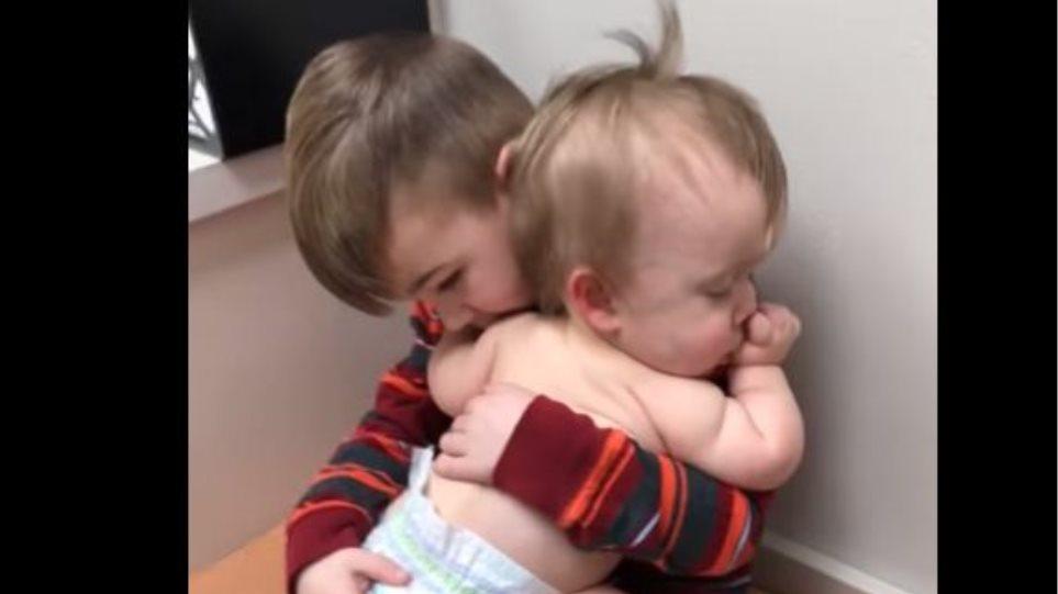 Συγκινητικό βίντεο: Αγοράκι νανουρίζει στην αγκαλιά του την μικρή του αδερφούλα