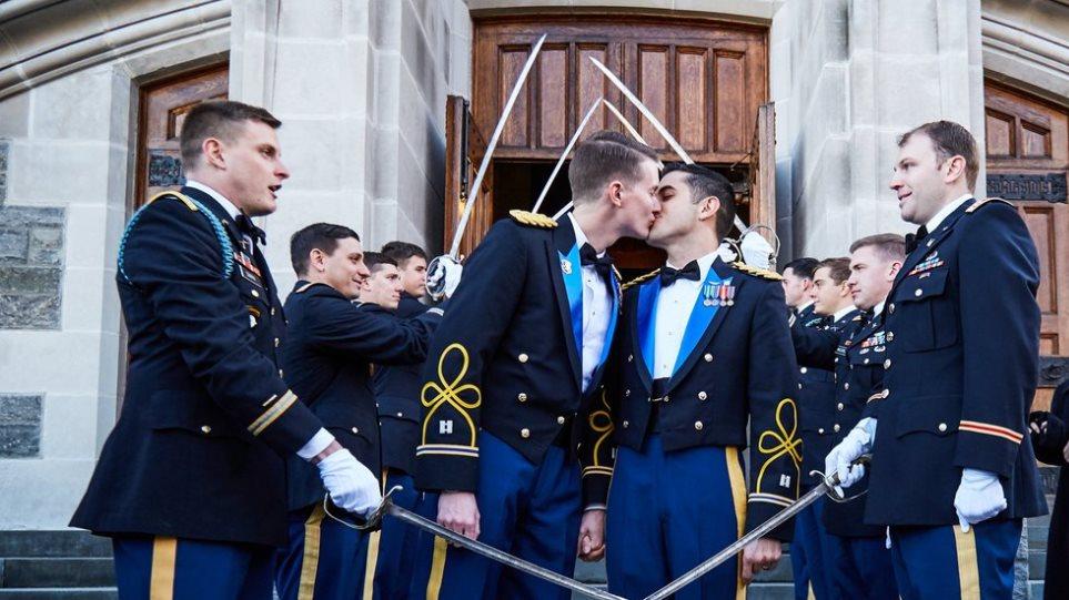 Για πρώτη φορά ομοφυλόφιλο ζευγάρι παντρεύτηκε στην ακαδημία Γουέστ Πόιντ