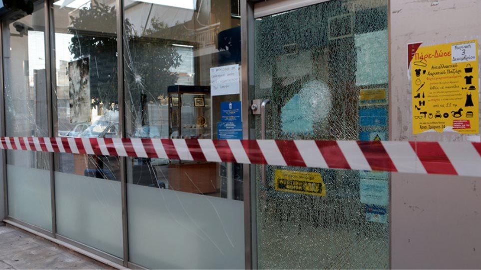 Επιδρομή κρανοφόρων με βαριοπούλες σε υποκατάστημα των ΕΛΤΑ και γραφεία ΣΥΡΙΖΑ στον Ταύρο