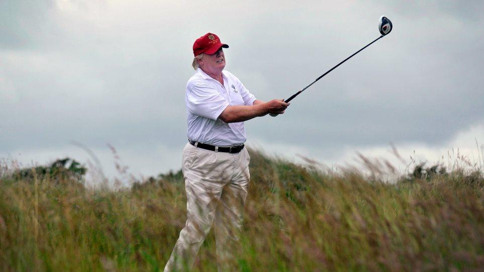 Συμπαίχτρια του Τραμπ στο γκολφ «καταγγέλλει»: Κλέβει σαν τον διάολο