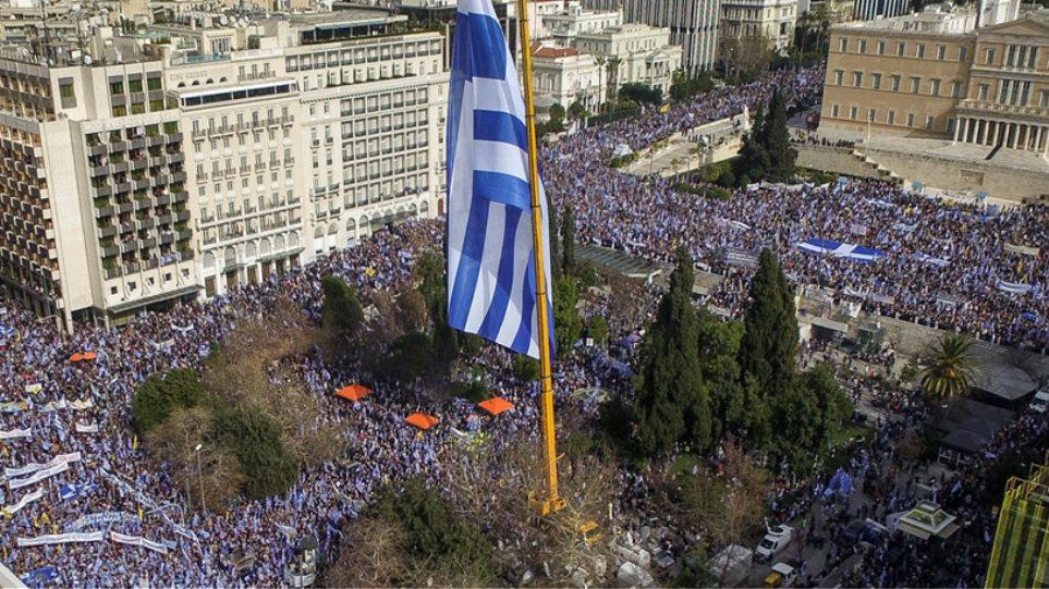 Γραφείο Τσίπρα: Ευσεβείς πόθοι ο σεισμός και τα εκατομμύρια διαδηλωτών για το όνομα της Μακεδονίας