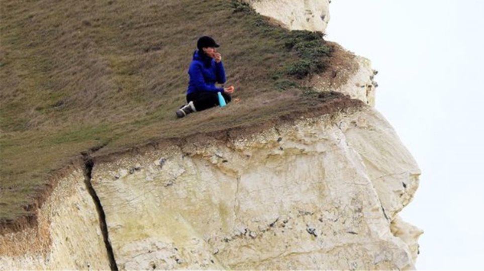 Φωτογραφίες για... γερά νεύρα: Γυναίκα κάνει πικ-νικ αμέριμνη σε άκρη ετοιμόρροπου γκρεμού