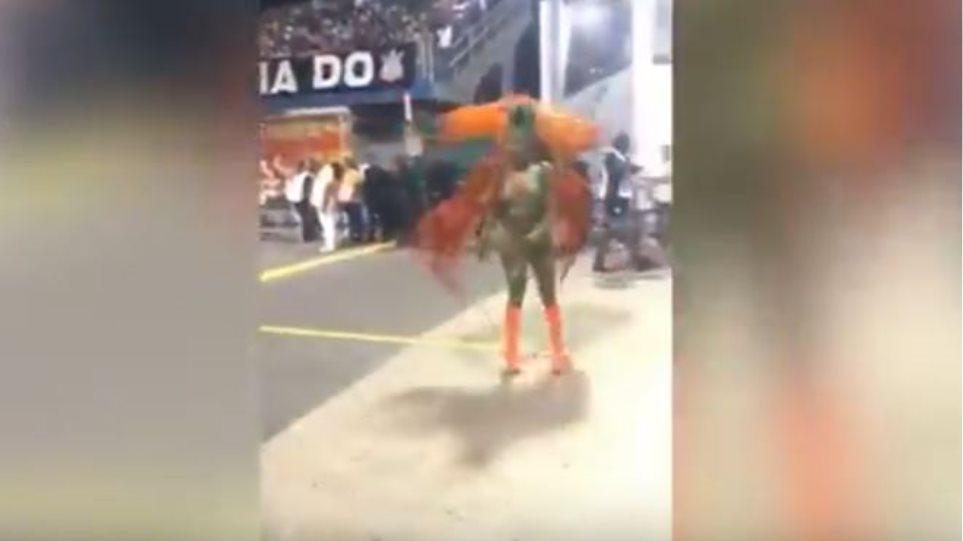 Βίντεο: Βραζιλιάνα Βασίλισσα του Καρναβαλιού έχασε το τάνγκα της αλλά συνέχισε να χορεύει