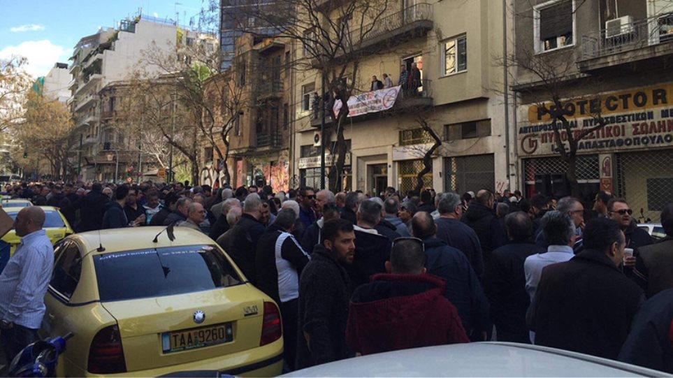Ένταση στην συγκέντρωση των ταξιτζήδων: Έσπασαν αυτοκίνητα της Uber