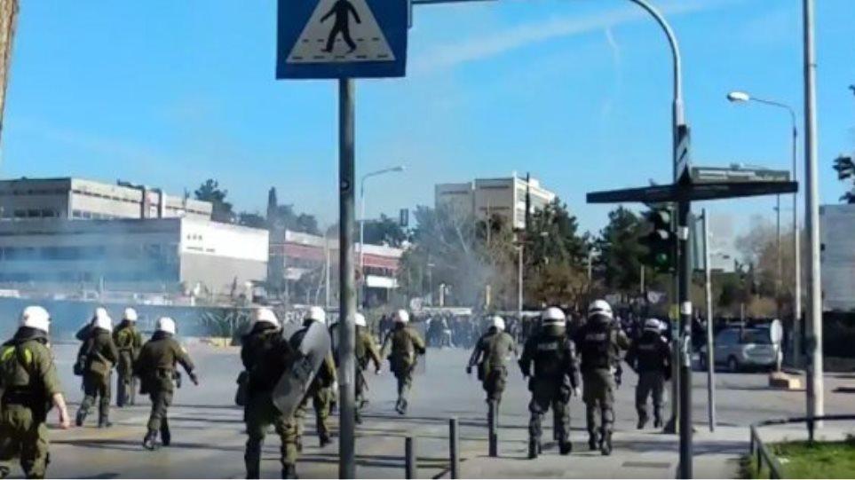Μολότοφ και χημικά στη Θεσσαλονίκη σε πορεία οπαδών του ΠΑΟΚ