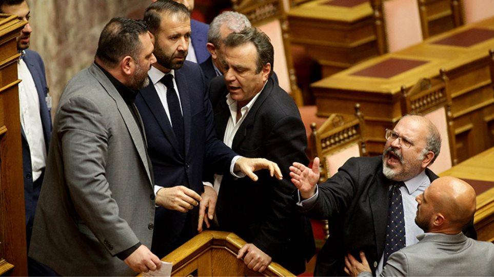 Άγριο επεισόδιο από χρυσαυγίτες στη Βουλή - Χυδαία επίθεση Λαγού σε Ξυδάκη κι άλλους βουλευτές