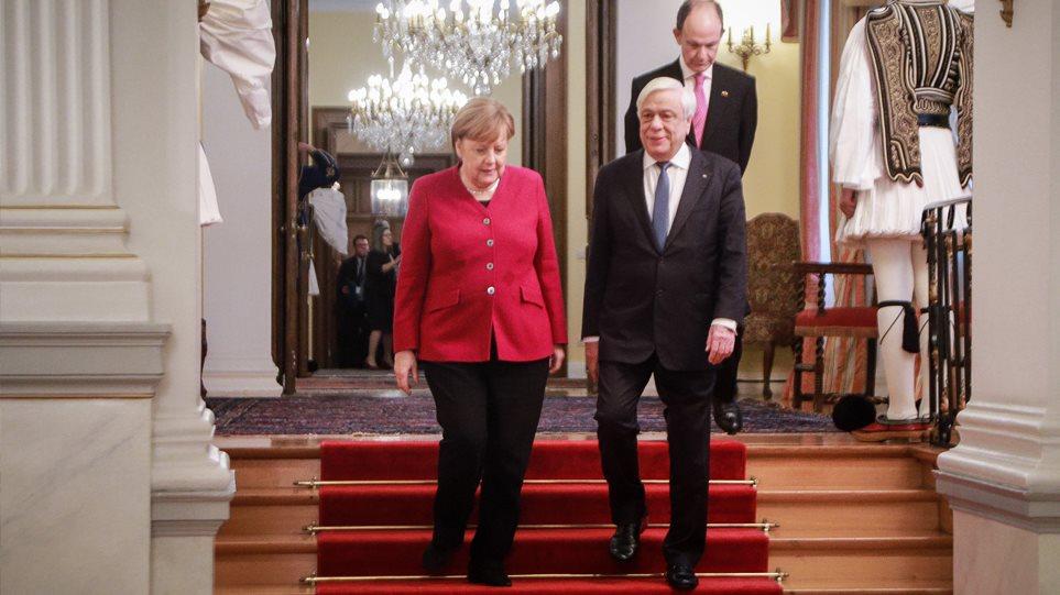 Παυλόπουλος: Δικαστικά επιδιώξιμες οι γερμανικές αποζημιώσεις - Μέρκελ: Έχουμε ιστορική ευθύνη