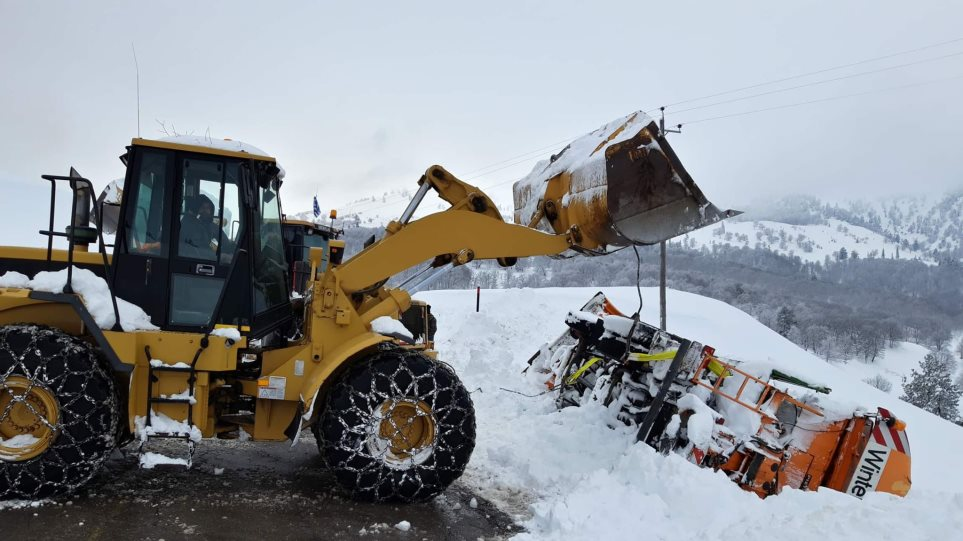 Κακοκαιρία: Αποκλεισμένοι δρόμοι από το χιόνι και πλημμύρες στον Αλφειό