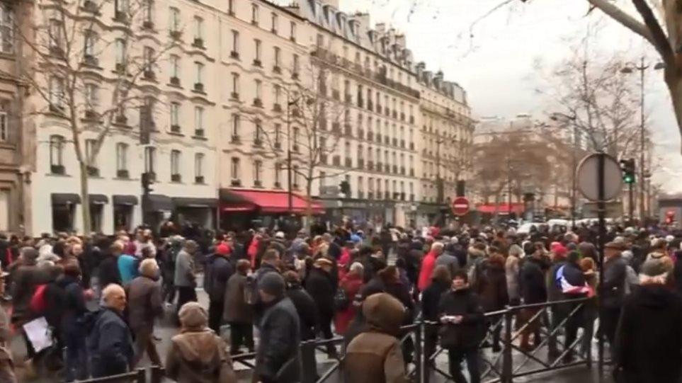 Γαλλία: Μετά τα «κίτρινα γιλέκα» βγήκαν στους δρόμους τα «κόκκινα φουλάρια»