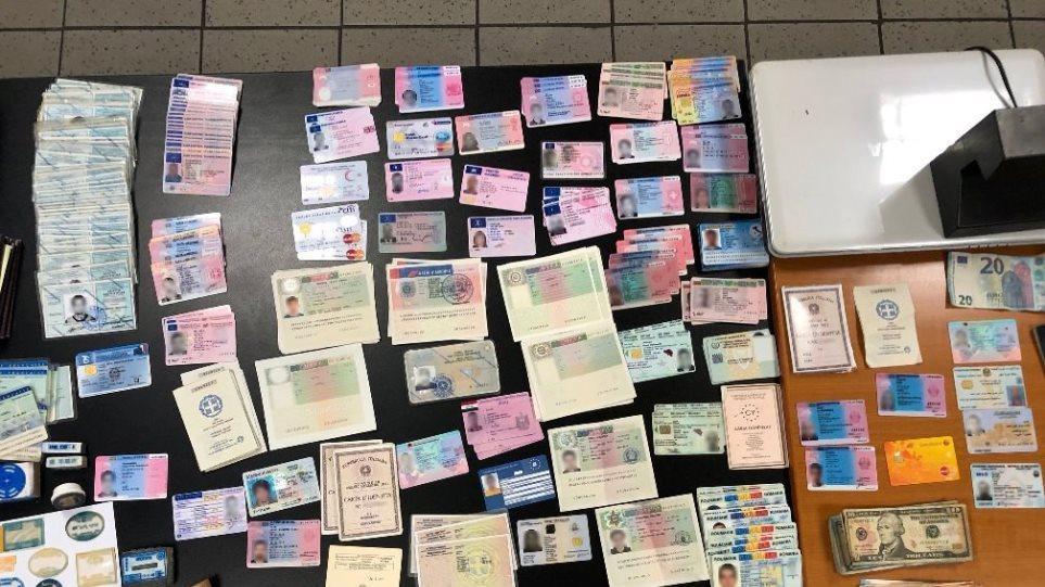 Εξαρθρώθηκε συμμορία αλλοδαπών που πλαστογραφούσε διαβατήρια στο κέντρο της Αθήνας